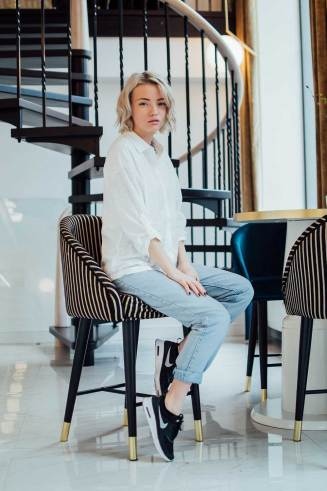 kotryna-bass-ootd-blogger-fashion-lookbook-nike-thea-mom-jeans-white-shirt
